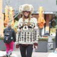 Elle Macpherson tout sourire et détendue dans les rues de Aspen. Le 19 decembre 2013