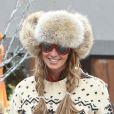 Elle Macpherson garde le sourire et se balade dans les rues de Aspen. Le 19 decembre 2013