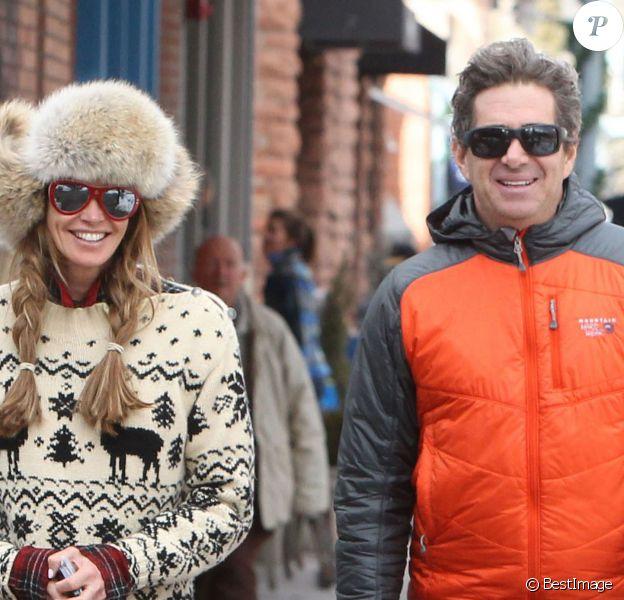 Elle Macpherson et son mari Jeffrey Soffer se promènent dans les rues de Aspen. Le 19 decembre 2013 Le couple se porte comme un charme et tente d'ignorer les accusations de Daria Valdez, qui les met en cause dans la mort de son mari suite au crash de l'hélicoptère que Jeffrey conduisait.