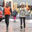 Elle Macpherson et son mari (épousé à l'été 2013) Jeffrey Soffer se promènent dans les rues de Aspen. Le 19 decembre 2013 Le couple se porte comme un charme et tente d'ignorer les accusations de Daria Valdez, qui les met en cause dans la mort de son mari suite au crash de l'hélicoptère que Jeffrey conduisait.