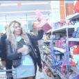 Beyoncé faisant ses courses chez Walmart pour la sortie de son album éponyme, le 20 décembre 2013.