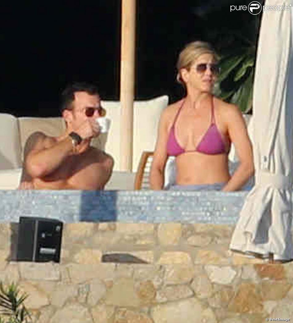 Jennifer Aniston et Justin theroux en vacances à Los Cabos au Mexique, le 28 décembre 2013. Le couple est entouré d'une poignée d'amis dont Courteney Cox, Emily Blunt, John Krasinski et Howard Stern.