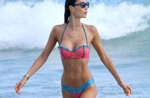 Julia Pereira : En bikini, la bombe brésilienne se détend à la plage