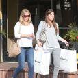 Emily Blunt, enceinte, va faire du shopping avec une amie pour préparer l'arrivée de son bébé à West Hollywood, le 6 janvier 2014.