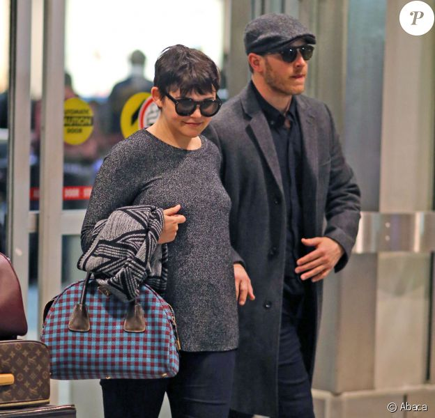 Ginnifer Goodwin (enceinte) et son fiancé Josh Dallas arrive à l'aéroport de Vancouver, le 5 janvier 2014.
