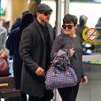 Ginnifer Goodwin (enceinte) et son fiancé Josh Dallas à l'aéroport de Vancouver, le 5 janvier 2014.