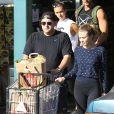Jonah Hill avec sa petite amie Isabelle McNally faisant les courses à West Hollywood (Los Angeles) le 30 décembre 2013