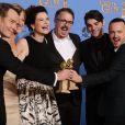 Aaron Paul, Vince Gilligan et Bryan Cranston avec leurs prix pour Breaking Bad lors des Golden Globes à Los Angeles le 12 janvier 2014