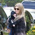 Fergie et son fils Axl dans les rues de Brentwood à Los Angeles, le 12 janvier 2014.