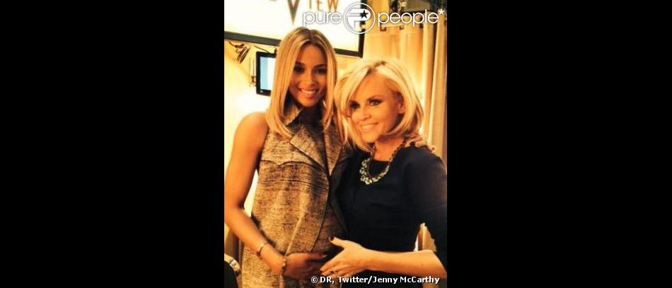 La chanteuse Ciara a dévoilé son baby bump dans l'émission The View, présentée par Jenny McCarthy, le mardi 14 janvier 2014.