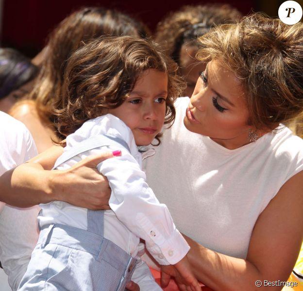 """Jennifer Lopez avec son fils Max Anthony lors de la remise de médaille de Jennifer Lopez sur le """"Walk of Fame"""" à Hollywood, le 20 juin 2013."""