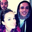Alizée souhaite la bonne année à ses fans sur son compte Facebook. La jolie brune pose avec des amis et son amoureux Grégoire Lyonnet.