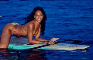 Rihanna : Fesses en arrière et topless en bikini doré, elle est torride !