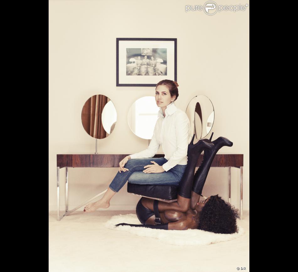 Dasha Zhukova, épouse du milliardaire Roman Abramovitch et fondatrice du magazine Garage, est assiste sur une chaise humaine l'artiste Bjarne Meelgard pour illustrer son interview accordée au site Büro 24/7.