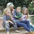 Tori Spelling et ses enfants Liam McDermott, Stella McDermott et Finn McDermott s'offrent une glace à Thousand Oaks, Los Angeles, le 14 janvier 2014.