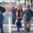 """Mia Farrow et Woody Allen avec leurs enfants Seamus, Soon-Yi et Moses en 1988"""