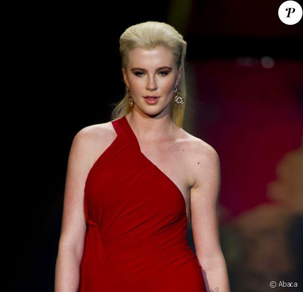 """Ireland Baldwin défile lors de la soirée """"Go Red For Women"""", dans le cadre de la fashion week à New York, le 6 février 2014."""