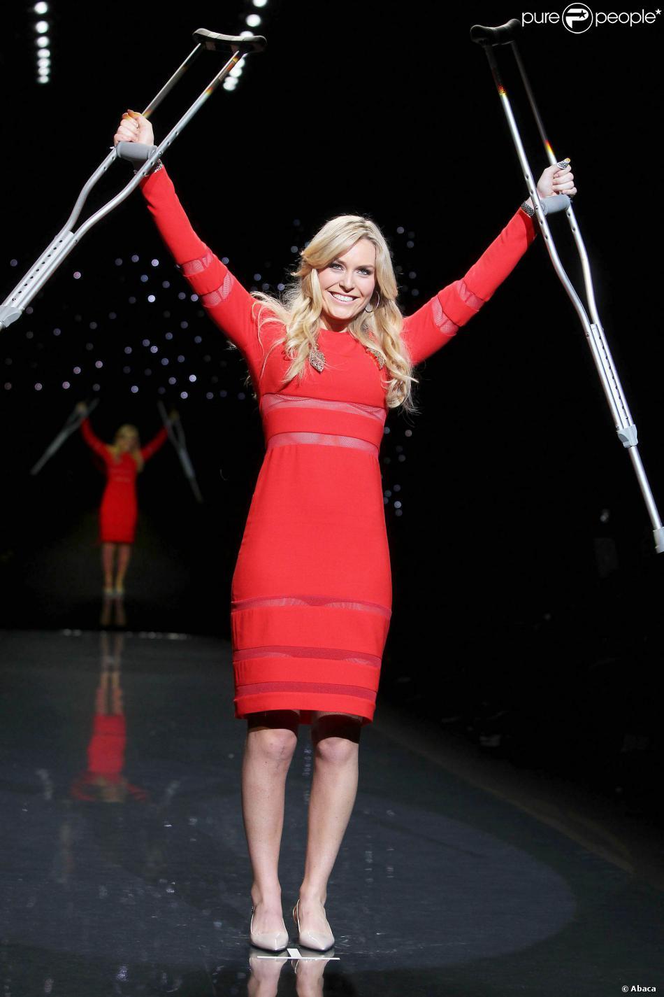 """Lindsey Vonn en béquilles lors du défilé """"The Red Dress Collection Runway"""" durant la Fashion Week de New York le 6 février 2014."""