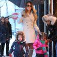 La chanteuse Mariah Carey et ses jumeaux Monroe et Moroccan Cannon font du shopping sous la neige pendant leur sejour à Aspen, dans le Colorado, le 20 décembre 2013
