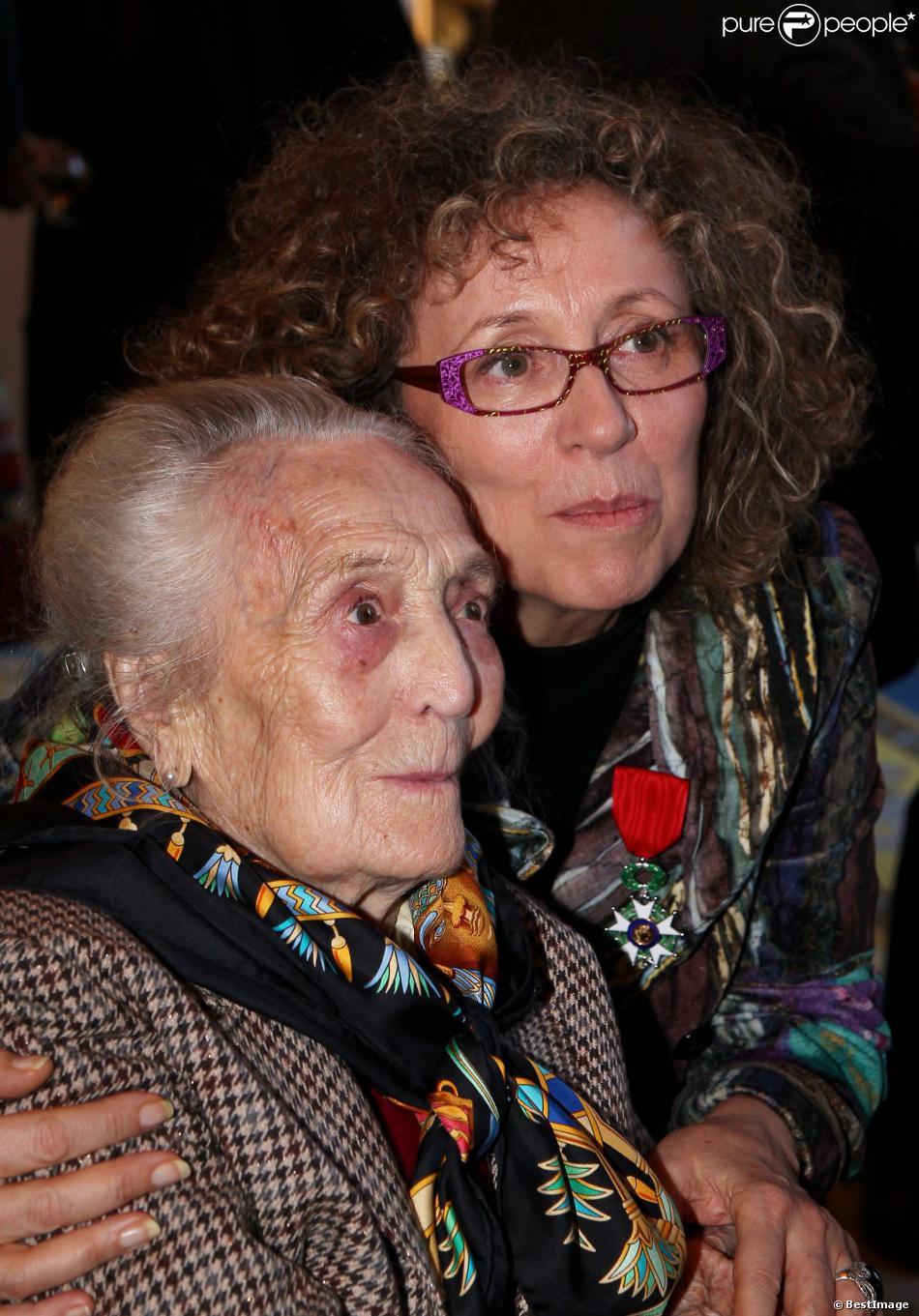 Mireille Dumas et sa mère Anne à Paris, le 12 décembre 2011.