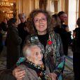 Mireille Dumas en compagnie de sa mère à Paris, le 12 décembre 2011.