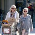 Elsa Pataky (enceinte) en compagnie de sa belle-mère dans les rues de Los Angeles, le 19 février 2014.