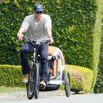 Chris Hemsworth à vélo dans les rues de Malibu (Los Angeles) avec sa fille, India, le 19 février 2014.