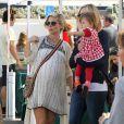 Elsa Pataky, enceinte, se rend au Farmers Market avec sa fille India et sa belle-mère Leonie à Malibu, le 16 février 2014.