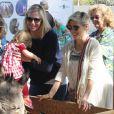 Exclusif - Elsa Pataky, enceinte, se rend au Farmers Market avec sa fille India et sa belle-mère Leonie à Malibu, le 16 février 2014.