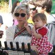 Elsa Pataky enceinte se rend au Farmers Market avec sa fille India et sa belle-mère Leonie à Malibu, le 16 février 2014.