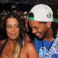 Le joueur de foot Ronaldinho Gaúcho en bonne compagnie lors du carnaval de Bahia au Brésil le 2 mars 2014.