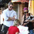 Eric Dane et sa femme adoptent un petit chiot à L.A
