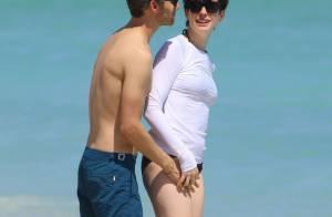 Anne Hathaway : T-shirt mouillé, baisers fougueux et vacances avec son chéri