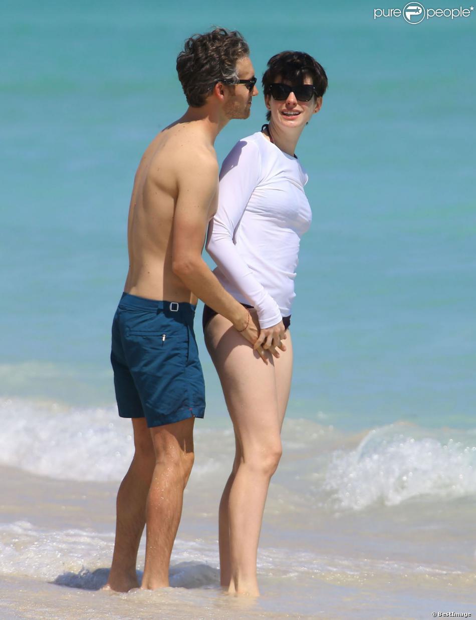 Anne Hathaway et son mari Adam Shulman profitent de la plage à Miami, le 9 mars 2014.