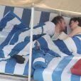 Anne Hathaway amoureuse, avec son mari Adam Shulman à Miami Beach le 9 mars 2014.