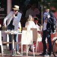 Anne Hathaway et son mari Adam Shulman se promènent à Miami après avoir déjeuné au restaurant, le 9 mars 2014.