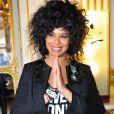 Samaha Sam du groupe Shaka Ponk décorée des insignes de chevalier de l'ordre des Arts et des Lettres par la ministre Aurélie Filippetti dans les salons du ministère de la Culture, à Paris le 18 mars 2014.