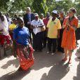 La princesse Victoria de Suède visitant un projet de WaterAid, dont elle est la marraine, à Kigamboni lors de sa visite officielle en Tanzanie, le 20 mars 2014.