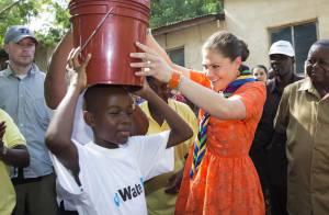 Princesse Victoria : Une cascade de sourires et de couleurs en Tanzanie