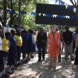 La princesse Victoria de Suède a rencontré la population et a visité les installations réalisées par l'organisation WaterAids à Dar es Salaam et Kigamboni, le 20 mars 2014. Grâce aux installations, la population peut avoir de l'eau potable. La princesse est en voyage officiel du 17 au 21 mars accompagnée de la ministre du commerce Ewa Bjorling au Ghana et ensuite en Tanzanie. Ce voyage a pour but d'améliorer les relations bilatérales avec le Ghana et la Tanzanie et augmenter le commerce entre la Suède et ces 2 pays. Elles rencontreront le président et le ministre du commerce de chacun des pays  WaterAids patron Crown Princess Victoria of Sweden flanked by Swedish Minister for Trade Ewa Bjorling visits Dar es Salaam and Kigamboni to see what difference WaterAids work makes and to meet people who have got better living with clean water and hygiene. Minister for Trade Ewa Bjorling and Crown Princess Victoria are on a joint promotional trip to Ghana and Tanzania on 17-21 March. The purpose of the visit is to further deepen the bilateral relations with Ghana and Tanzania, and to increase trade with both countries. Particular focus will be on young entrepreneurship. Crown Princess Victoria and Ewa Bjorling will meet the president and trade minister of each country.20/03/2014 - Dar es Salaam