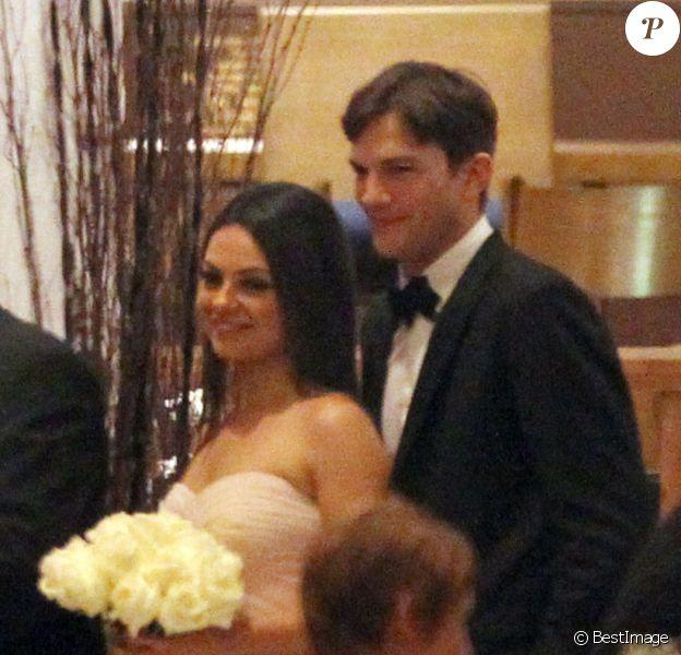 Mila Kunis et Ashton Kutcher lors du mariage du frère aîné de Mila, Michael, avec la danseuse Alexandra Blacker en Floride, le 7 décembre 2013
