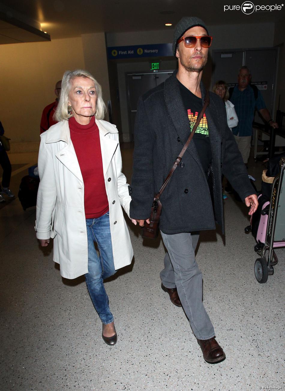Matthew McConaughey arrive à Los Angeles avec sa mère Mary Kathlene McCabe en provenance de Rome où il a tourné une publicité, le 25 mars 2014.