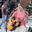 Keira Knightley sur le tournage du film Begin Again (Can a Song Save Your Life ?) à New York le 26 juillet 2012