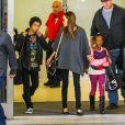 Angelina Jolie avec ses enfants Maddox et Zahara à l'aéroport de Los Angeles le 29 mars 2014