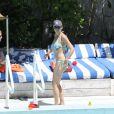Minnie Driver en vacances à Miami le 10 avril 2014, à la piscine de son hôtel.
