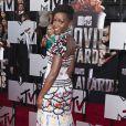 Lupita Nyong'o assiste aux MTV Movie Awards 2014 au Nokia Theatre L.A. Live, habillée d'une robe ultracolorée Chanel (collection automne-hiver 2014) et de souliers Casadei. Los Angeles, le 13 avril 2014.