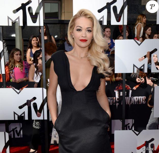 Rita Ora assiste aux MTV Movie Awards 2014 au Nokia Theatre L.A. Live, habillée d'une robe noire décolettée Barbara Casasola. Los Angeles, le 13 avril 2014.