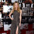 Leslie Mann assiste aux MTV Movie Awards 2014 au Nokia Theatre L.A. Live, habillée d'une robe à pois Juan Carlos Obando (collection printemps-été 2014) et de sandales oranges. Los Angeles, le 13 avril 2014.