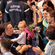 Laure Manaudou avec sa fille Manon après la victoire de son compagnon Frédérick Bousquet, vainqueur du relais masculin 4x50m 4 nages lors des Championnats d' Europe petit bassin à Chartres le 22 novembre 2012