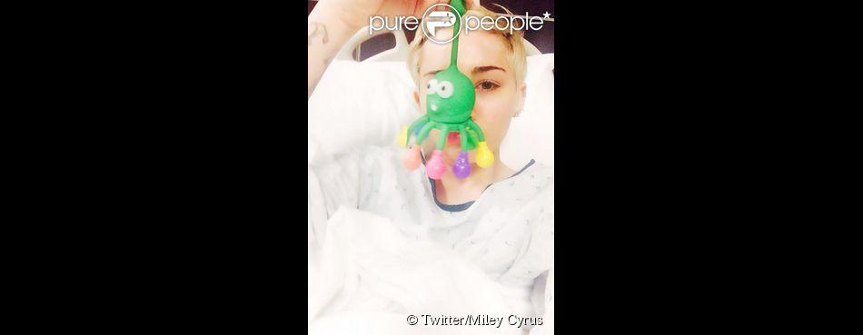 """Miley Cyrus a été admise à l'hôpital pour une """"réaction allergique aux antibiotiques"""", le 16 avril 2014."""